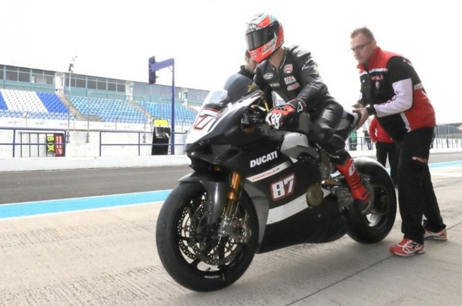 SBK: Lorenzo Zanetti takes the Panigale V4 onto the track in Jerez