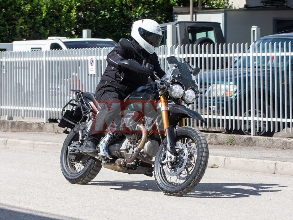 News Prodotto: Moto Guzzi V85: le foto spia della classic enduro italiana