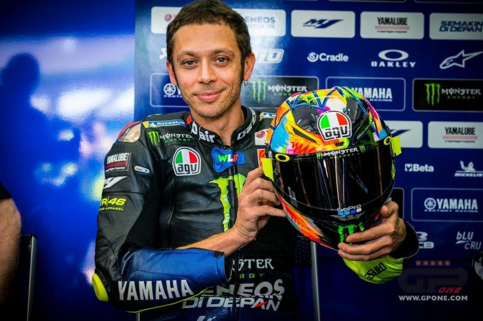 MotoGP: Valentino Rossi on the track in the Sepang test with a 'fluo' helmet