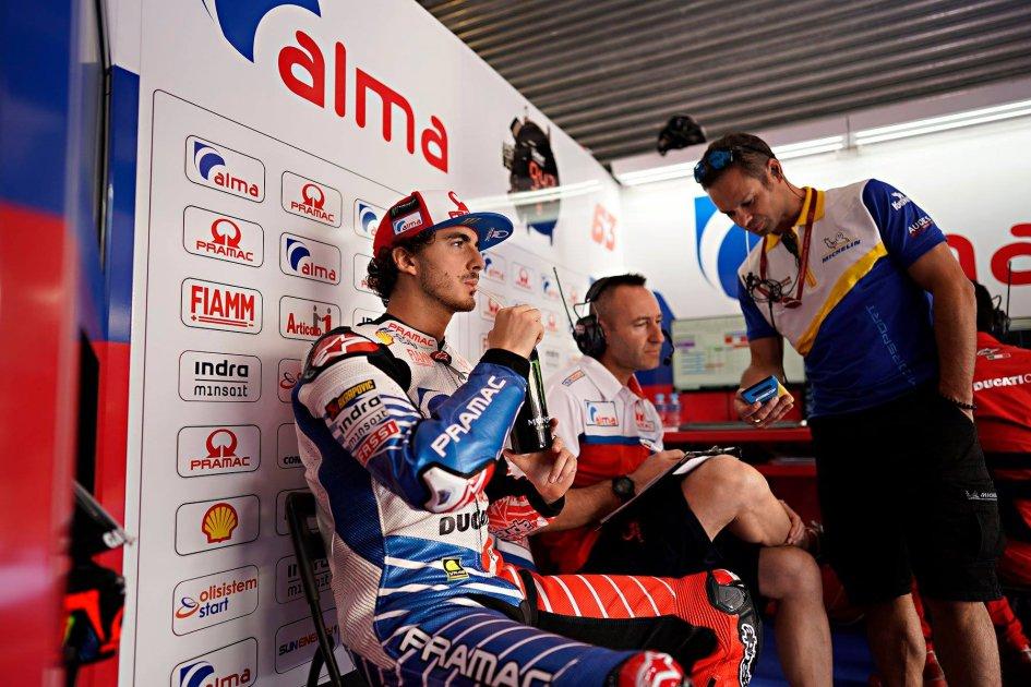 """MotoGP: Bagnaia scherza: """"Partire insieme a Rossi e Lorenzo mi fa sorridere"""""""