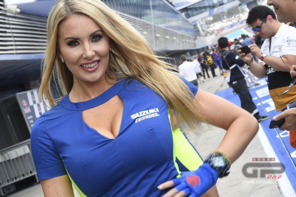 MotoGP: The Umbrella girl of the Grand Prix of Spain