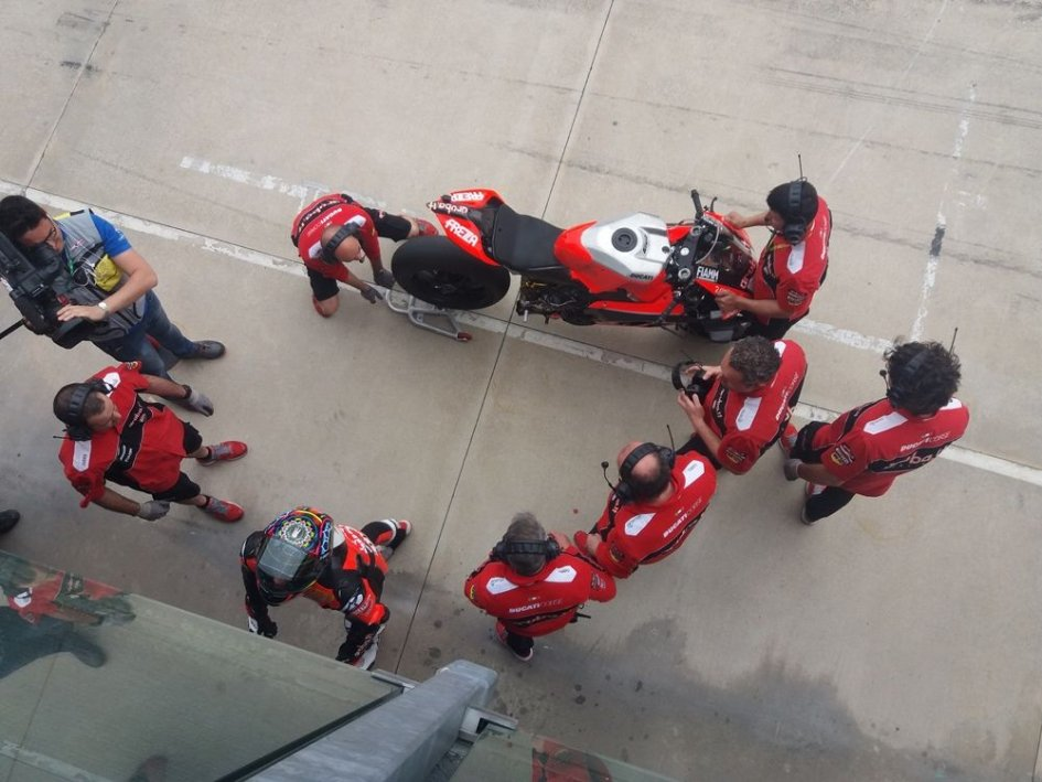 SBK: Uproar at Imola: Davies out after not even one lap