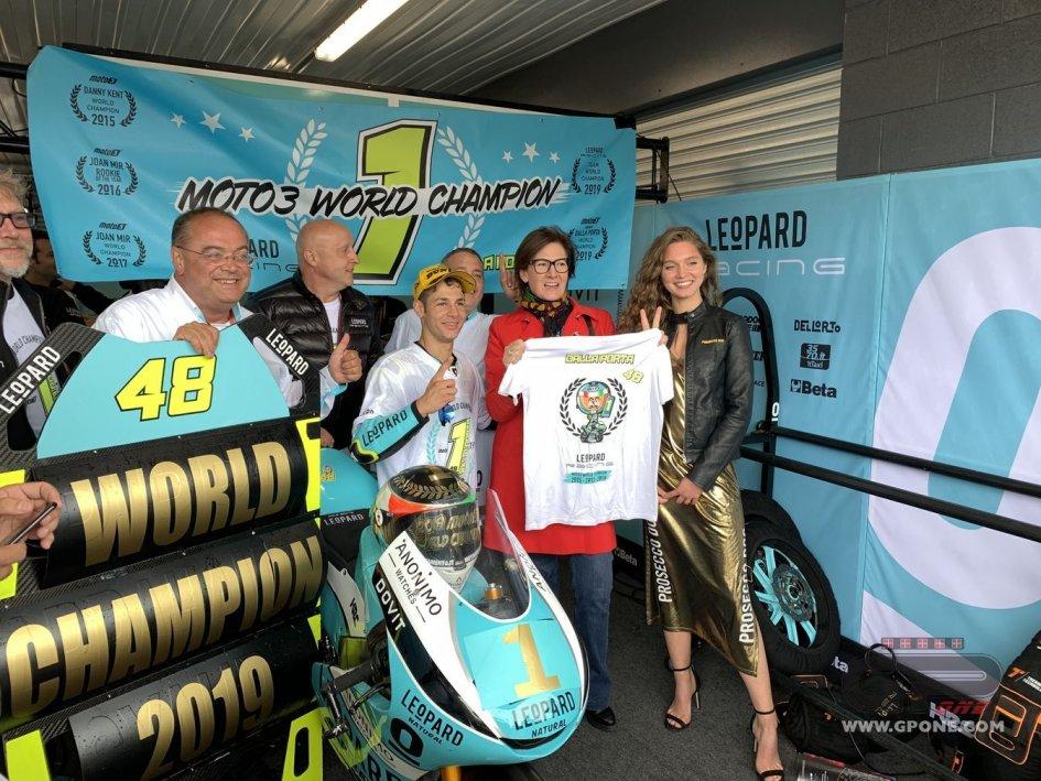 Moto3: Dalla Porta brinda con l'Ambasciatrice italiana nel box Leopard