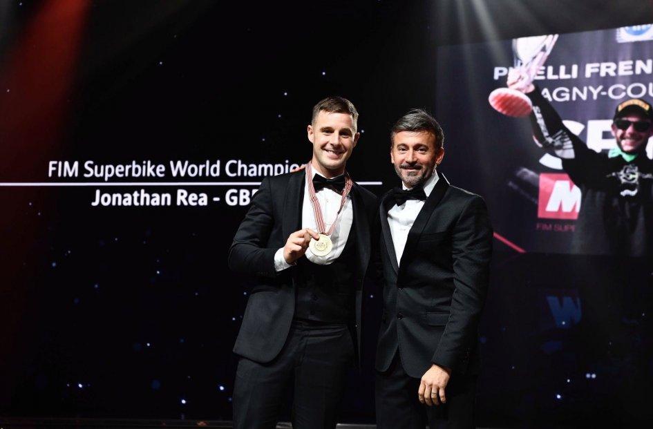 SBK: Max Biaggi omaggia Jonathan Rea alla premiazione FIM di Montecarlo