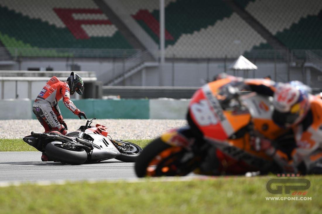 MotoGP, FOTO. La caduta di Jorge Lorenzo a Sepang | GPone.com