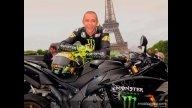 Moto - News: Burn-out ai piedi della Torre Eiffel per Rossi