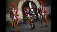 Moto - Gallery: Red Bull X-Fighters 2010: Mat Rebaud in visita alla Guardia Svizzera Pontificia