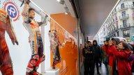 MotoGP: Marc Marquez si trasforma in manichino umano nelle vetrine di Madrid