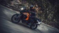 """Moto - News: KTM 1290 Super Adventure S 2021: la Travel Enduro """"sale"""" uno scalino - foto e video"""