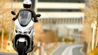 Moto - News: Suzuki Burgman 400 2021: il maxi-scooter si rinnova tra sport e arte