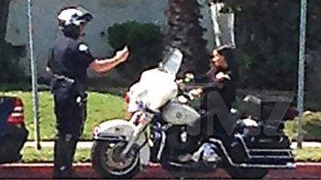 Moto - News: Poliziotto fotografa una ragazza sulla sua moto... in cambio niente multa