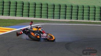 La caduta di Marquez con le Michelin a Valencia