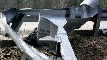 Moto - News: Si schianta contro un guardrail in pessime condizioni: nessun risarcimento!