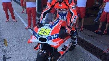 Neil Hodgson sulla Ducati GP16 di Andrea Iannone