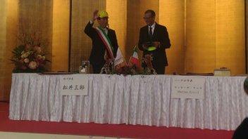 Sindaco giapponese con il cappellino di Rossi sigla intesa con Pesaro