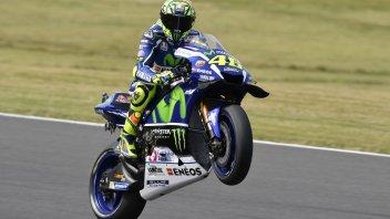 Prova di forza di Rossi, in pole davanti a Marquez