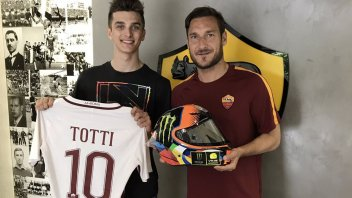 News: Marini regala il suo casco a Francesco Totti