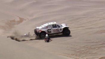 Dakar: Pilota cade dalla moto, l'auto la evita per miracolo