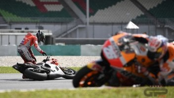 MotoGP: PHOTO. Jorge Lorenzo's crash in Sepang