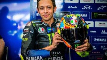 MotoGP: Valentino Rossi in pista nei test di Sepang con un casco 'fluo'