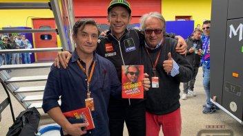 MotoGP: Belìn, che testimonial: Rossi posa con il libro di Pernat