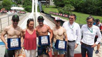 SBK: Leon Haslam torna alla vittoria… ma sugli scivoli d'acqua