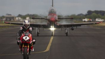 MotoGP: Wayne Gardner sfida un aereo per lanciare il GP di Phillip Island