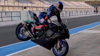 SBK: Toprak Razgatlıoglu si diverte a fare lo stuntman con la Yamaha R1