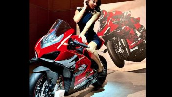 Moto - News: SCOOP - Ducati Panigale V4 Superleggera: here is the rocketship with wings