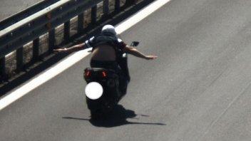 Moto - News: Senza mani a 127 km/h sulla Appia Nuova: multato e sospesa la patente