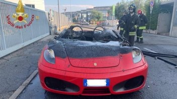 Auto - News: Ferrari F430: on fire a few minutes after pick-up at the dealership