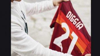 MotoGP: Fabio Di Giannantonio, a Giallorossi fan, receives the Roma jersey.