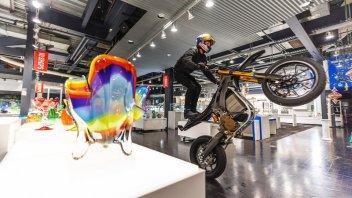 Moto - News: Un e-motard in una cristalleria: l'ultima impresa di Red Bull