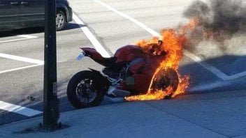 Moto - News: Panigale V4 in fiamme: si indaga sulle cause