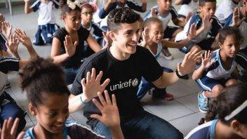 MotoGP: Marquez visita una scuola in Brasile per UNICEF
