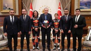 Moto3: Casco speciale per Erdogan dai fratelli Oncu