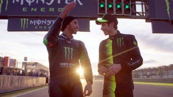 MotoGP: Valentino Rossi - Lewis Hamilton: il video UFFICIALE dello scambio
