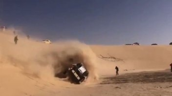 Dakar: Paura per Alonso: capotta su una duna con l'Hilux