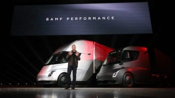 Auto - News: Tesla vola in borsa e Elon Musk spinge sui camion elettrici