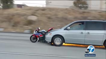 Moto - News: La folle fuga spingendo una moto con l'auto