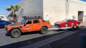 Auto - News: Una Lamborghini LM002 trasformata per il traino di una Ferrari
