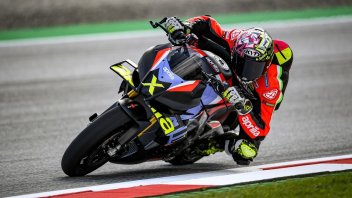 Moto - News: Aprilia regala le ali alla Tuono: ecco la V4 X con un tocco di MotoGP