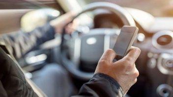 Auto - News: Guida con smartphone: multe salate (2.588 €), punti e sospensione patente