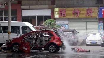 Auto - News: VIDEO SHOCK - Auto elettrica esplode durante la carica!