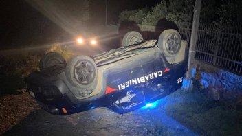 Auto - News: Follie: gli ritirano la patente, lui con la ruspa ribalta l'auto dei Carabinieri