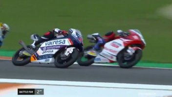 Moto3: Arenas (doppiato) ostacola Ogura a Valencia: ecco il video