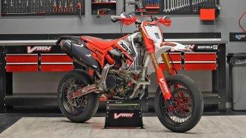 Moto - News: Honda XR650R Special by VMX Restomod: 20 anni e non sentirli
