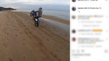 SBK: Toprak Razgatlıoğlu and the endless wheelie on the beach