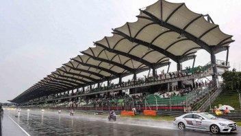 SBK: 8 Ore Sepang: la pioggia guasta i piani, tutti ancora fermi dopo 3 ore