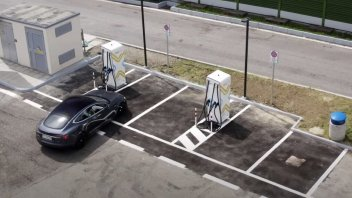 Auto - News: Colonnine di ricarica auto elettriche: dal 2022 in tutte le autostrade